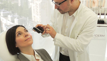 Pregled madeža dermatoskopom